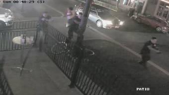 Das Video zeigt, wie die Menschen flüchten und bewaffnete Polizisten den Tatort in Dayton stürmen.
