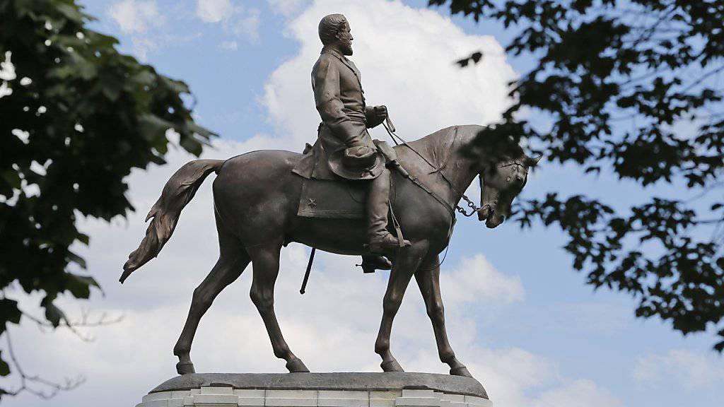 Nach Protesten und gewaltsamen Ausschreitungen in Charlottesville entfernen weitere US-Städte die Statuen von Südstaaten-Generälen wie Robert E. Lee, so am Mittwoch beispielsweise die Stadt Baltimore.
