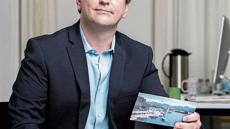 Mehr als 13'000 Ansichtskarten haben Forscher der Universität Zürich untersucht. Sprachwissenschafter Nicolas Wiedmer ist einer von ihnen.