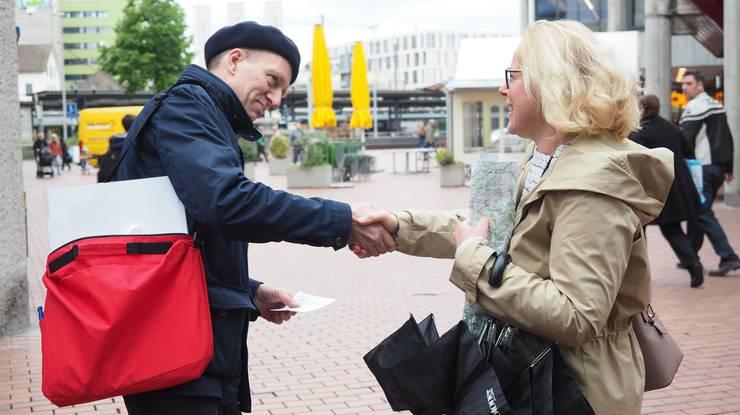 Frau Professor König (Katharina Müller, Geschichtsvermittlerin) begegnet Stadtführer Felix Müller auf seiner Tour.