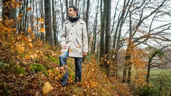 Kantonsarchäologe Georg Matter beim Schutzwall der Fluchtburg «Buechholz»: Möglicherweise wurden hier im Jahre 69 n. Chr. Tausende Helvetier von den Römern massakriert.