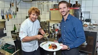 Chefkoch Adrian Müller (links) mit seinem Bruder Roman, der derzeit Chef de Service ist.