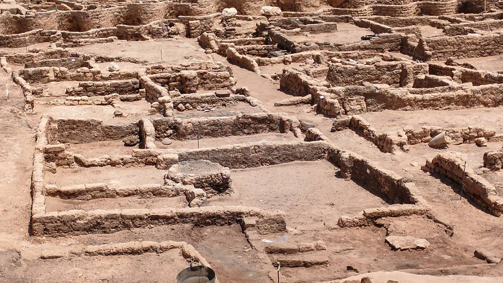 Die 3000 Jahre alten Ruinen der von ägyptischen Archäologen entdeckten «verlorenen Stadt» im heutigen Luxor. Foto: STR/dpa