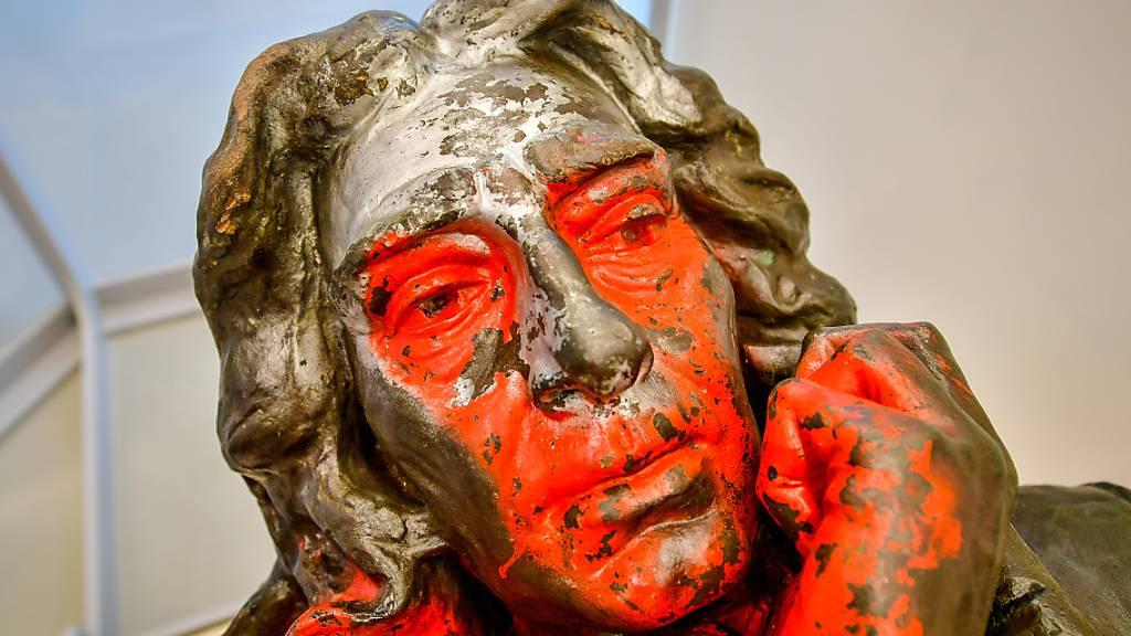 Die gestürzte Statue des Sklavenhändlers Edward Colston wird im M Shed-Museum in Bristol ausgestellt. Foto: Ben Birchall/PA Wire/dpa