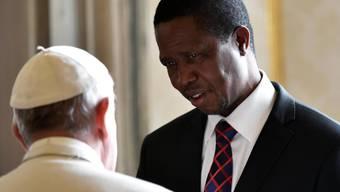 Sambias Präsident Edgar Lungu (rechts) verordnet sich und seinen Ministern einen Lohnkürzung, um Geld beim Staat zu sparen. (Archivbild 2016)