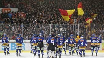Die Spieler des EHC Biel werden nach dem Sieg von ihren Fans gefeiert.