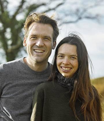Roger Eberhard und Nikki Böhler verschicken Trockenblumen in der Schweiz.