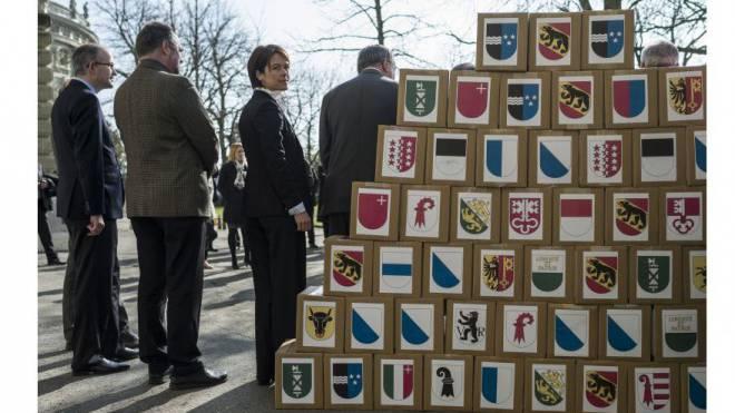 Über rund 200 Volksinitiativen haben die Schweizer schon abgestimmt. Und es werden immer mehr: Übergabe der Unterschriften für die Milchkuh-Initiative im März 2014. Foto: Keystone
