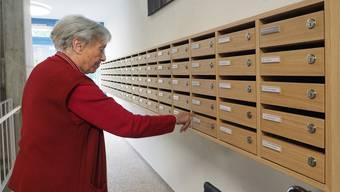 Eine Bewohnerin des renovierten Altersheims Stadtpark sucht bei der neuen Briefkastenfront nach ihrem Namen.