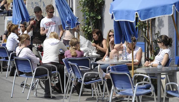 Die Cafés und Restaurants profitieren vom schönen Wetter. Darum: Statt in der klimatisierten Beiz sitzen, kann man bei diesem tollen Wetter auch die Aussenbereiche der Restaurants nutzen. So hat man auch was vom Sommer!