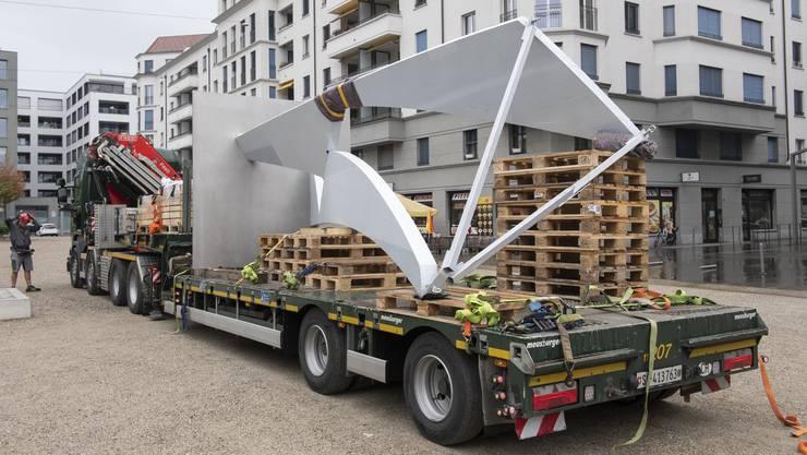 """Die Skulptur """"Joy"""" des 2006 verstorbenen Künstler Josef Staub wird aus dem sanktgallischen Lömmenschwil angeliefert."""