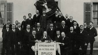 Mit Fliegen und Krawatten: Das Brugger Streikkomitee posiert vor dem Restaurant Güterhalle. AGB/Sozialarchiv