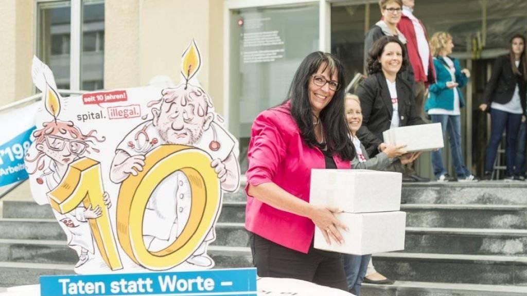 VSAO-Vertreterinnen und -Vertreter übergeben die Unterschriften dem Staatssekretariat für Wirtschaft (SECO) in Bern.