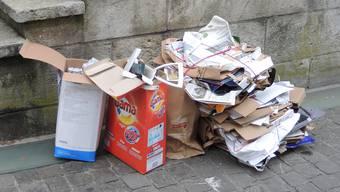 Am Montagmorgen stapelten sich in der Brugger Altstadt die Papier- und Kartonbündel.