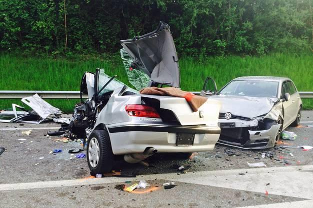 Der 58-jährige Unfallverursacher wurde im Fahrzeug eingeklemmt und musste durch die Feuerwehr mit Spezialwerkzeug aus dem Fahrzeugwrack geborgen werden