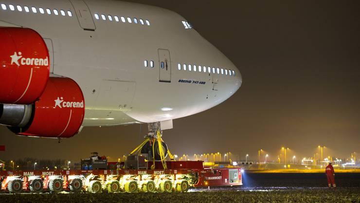 Ungewöhnliche letzte Reise für eine niederländische Boeing 747: Über den Landweg wird das ausrangierte Flugzeug vom Amsterdamer Flughafen Schiphol...