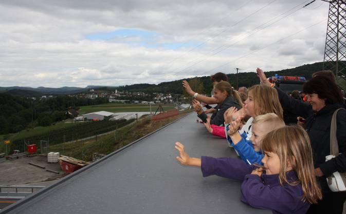 Auf der 62,5 Meter langen und 7,5 Meter breiten Brücke gibt es einen tollen Ausblick auf die A1