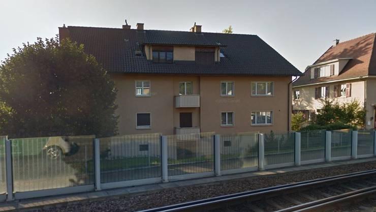 An der Baselstrasse 57 in Arlesheim sind in einer Wohnung Schüsse gefallen. Das Gebiet ist derzeit abgeriegelt.