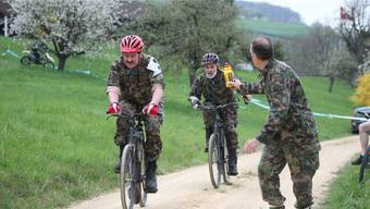 Sektionspräsident Walter Riedwyl (roter Helm) jagt beim Radquer dem Spitzenfeld hinterher.