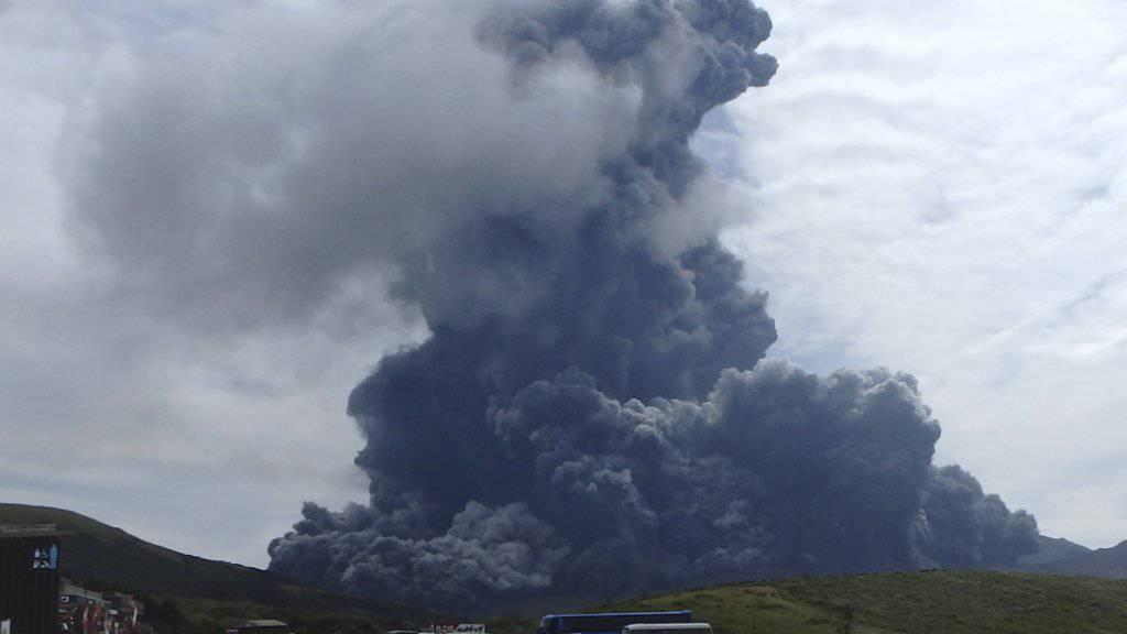 Touristen werden gewarnt und Flüge annulliert: Der Aso auf der japanischen Hauptinsel Kyushu speit dicke schwarze Aschewolken in den Himmel.