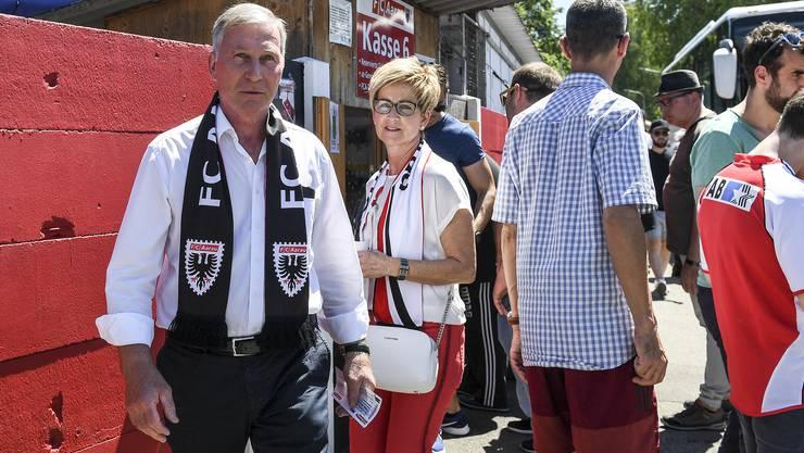 Vor dem Barrage-Rückspiel 2019: (Noch)-FCA-Präsident Alfred Schmid (l.) zusammen mit seiner Ehefrau Trudi vor dem Stadion Brügglifeld.