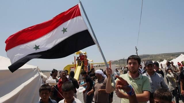 Syrische Flüchtlingskinder in einem Lager an der syrisch-türkischen Grenze protestieren gegen das Regime