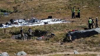 Überreste des Super Puma und Löschschaum auf den Teilen des Helikopters. Der Absturz hat zwei Piloten das Leben gekostet