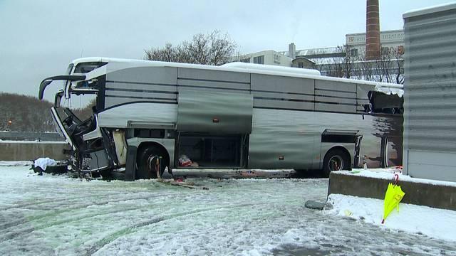 Unfallstrasse war trotz Schneeräumungs-Grossaufgebot bedeckt