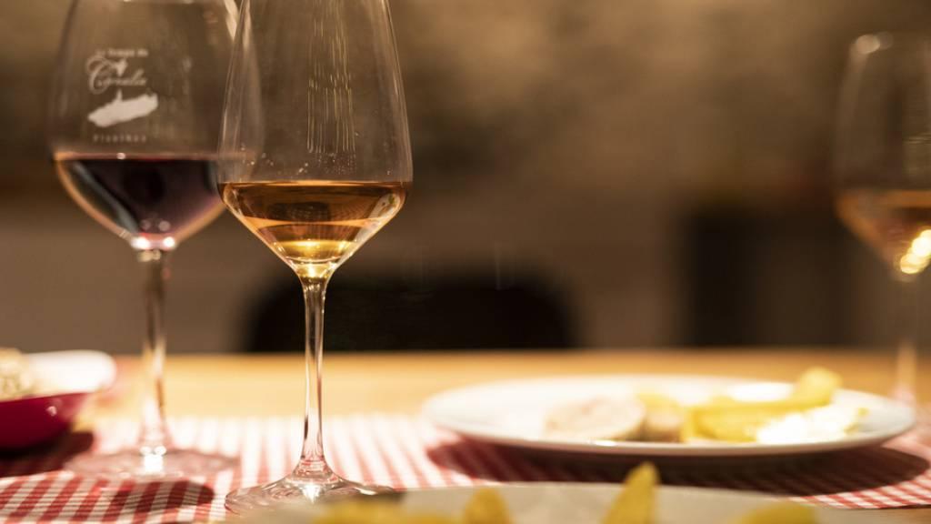 Die Corona-Pandemie hat sich auch auf den Weinkonsum ausgewirkt: Die Schweizer Bevölkerung hat 2020 viel weniger Wein getrunken.
