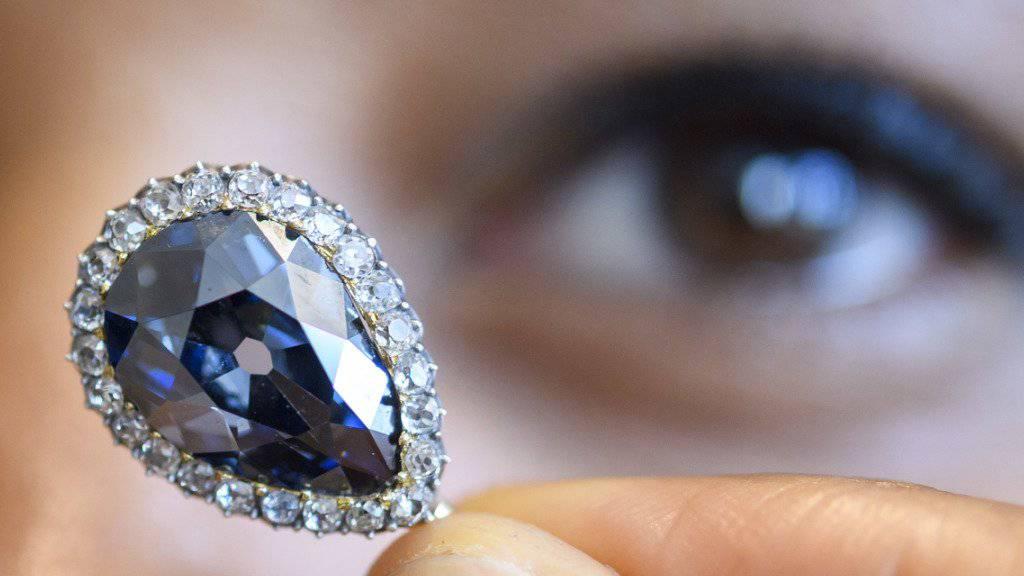 Der blaue Diamant einer spanischen Königin aus dem 18. Jahrhundert ist für 5,6 Millionen Euro versteigert worden.