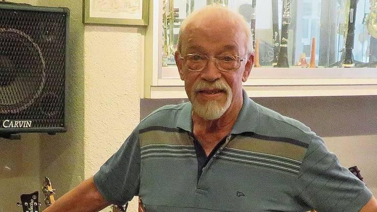 Heinz Wettstein hat in seinem Laden in Bremgarten rund 150 Gitarren an Lager.