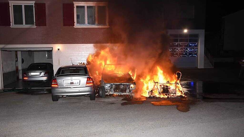 Drei parkierte Autos ausgebrannt