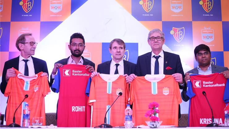 Chennai-City-Präsident Rohit Ramesh, FCB-Präsident Bernhard Burgener, FCB-CEO Roland Heri und Chennai-City-Co-Inhaber Krishnakumar Raghavan posieren in Neu-Delhi. Dort wurden die Kooperationsverträge unterzeichnet.