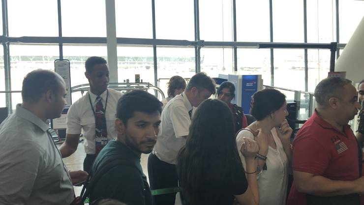 Am Flughafen Kairo gestrandete Passagiere