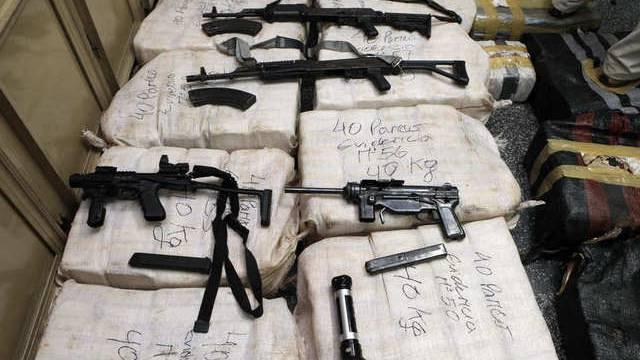 Von der Polizei beschlagnahmte Drogenpakete und Waffen