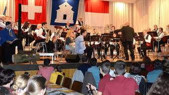 Die Musikgesellschaft in Aktion beim Stück «Im Örgelihuus».