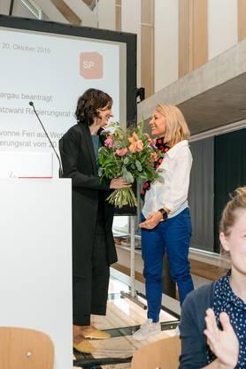 Die strahlende Yvonne Feri (rechts) nimmt Blumen von Parteipräsidentin Gabriela Suter entgegen.