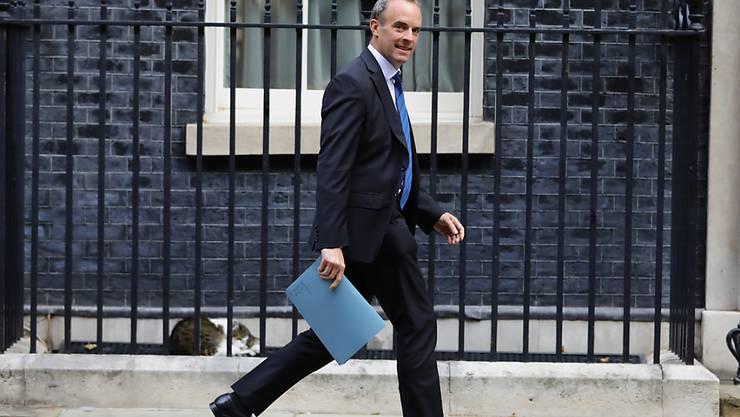 Dominic Raab, Außenminister von Großbritannien, geht vor der 10 Downing Street. Foto: Aaron Chown/PA Wire/dpa