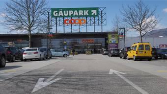 Coop will offenbar den Bau-+Hobbymarkt in die jüngst erworbene Liegenschaft von Möbel Märki zügeln. Geplant war ein Neubau auf diesem Parkplatz.