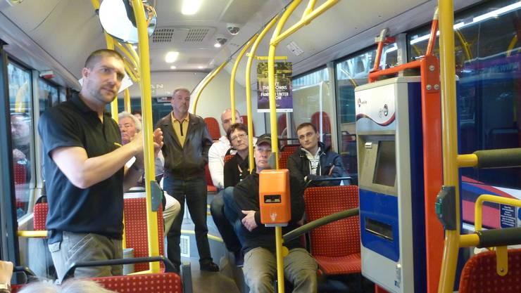 Patrick Leu (stehend, links) instruiert Fahrpersonal der Regionalen Verkehrsbetriebe Baden-Wettingen in einem Kurs, wie sie sich gegenüber aggressiven Passagieren verhalten sollen.