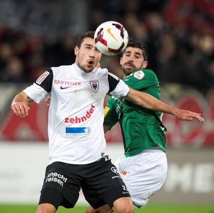 Artur Ionita vom FC Aarau, links, und Matias Vitkieviez vom FC St. Gallen.