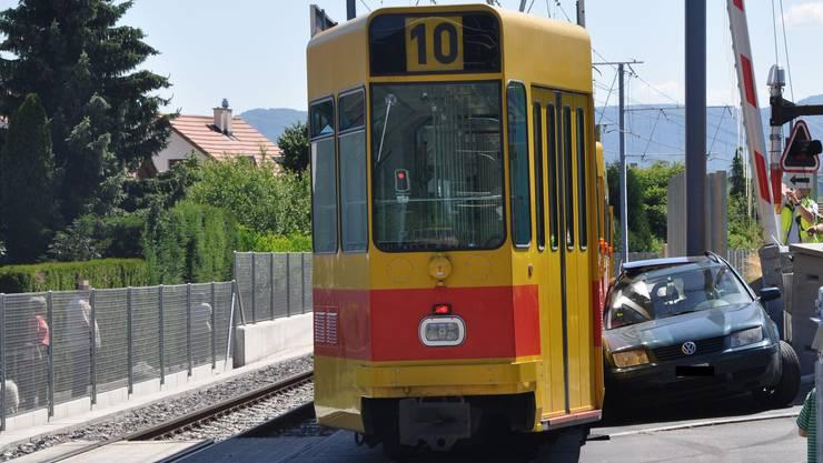 Zur Kollision zwischen den beiden Fahrzeugen kam es beim Bahnübergang auf der Witterswilerstrasse