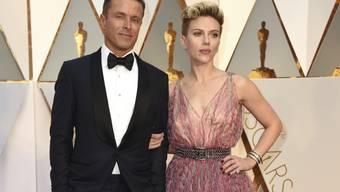 Zwei Dinge gaben an der Oscar-Gala über Scarlett Johansson zu reden: Ist ihr Begleiter Joe Machota ihr neuer Herzbube? Und warum trägt sie so einen hässlichen Duschvorhang?