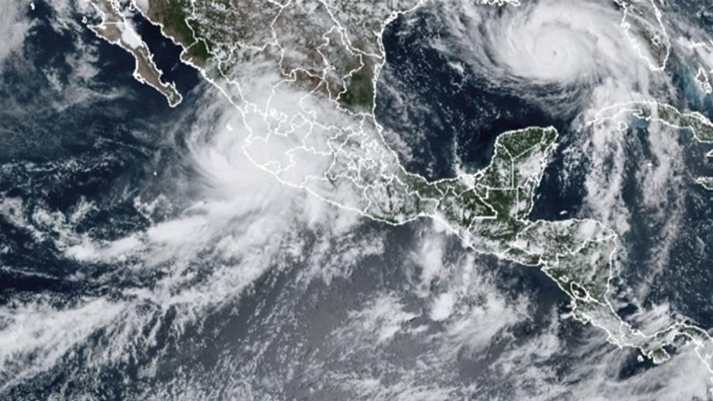 Dieses von der National Oceanic and Atmospheric Administration (NOAA) zur Verfügung gestellte Bild zeigt die Unwettersysteme Hurrikan «Nora» (oben, l) und Hurrikan «Ida» (oben, r) über dem nordamerikanischen Kontinent.
