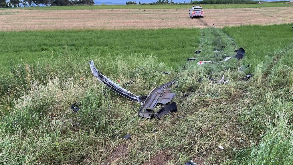 Das Fahrzeug des Unfallverursachers kam im Acker zum Stillstand, zuvor war er in einen geparkten Wagen gekracht.
