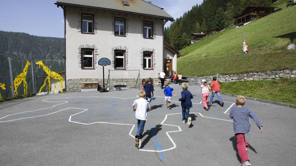 Im Schnitt drehen in der 3. bis 8. Primarklasse nur 1,3 Prozent der Lernenden in der Schweiz eine «Ehrenrunde». Ob sie in der Stadt wohnen oder auf dem Land (Bild Monstein bei Davos) spielt dabei weniger eine Rolle als ihr Migrationsstatus und der Bildungsstand der Eltern (Archivbild).
