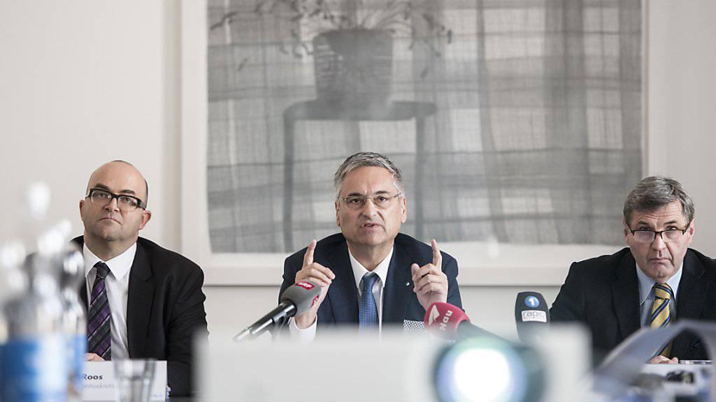 Der Luzerner Regierungsrat Guido Graf (Mitte) orientierte am Donnerstag über die Auswirkungen des Bundesgerichtsurteils zu den Prämienverbilligungen im Kanton Luzern.