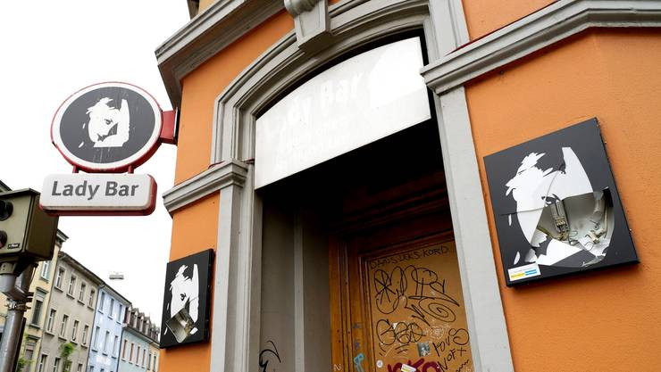 Eingeschlagene Leuchten und Fenster am Ausgehlokal Lady Bar zeugen vom ungemütlichen Rencontre am Dienstagabend. Kenneth Nars