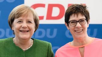 CDU-Chefin Angela Merkel und die für das Amt der CDU-Generalsekretärin nominierte Annegret Kramp-Karrenbauer freuen sich über die Zustimmung der Parteispitze.