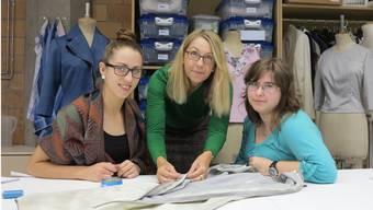 Katharina (l.) und Nadja (r.), zwei Auszubildende des Lehrateliers, mit Lehrmeisterin Marinette Avondet (Mitte) bei der Arbeit. cth